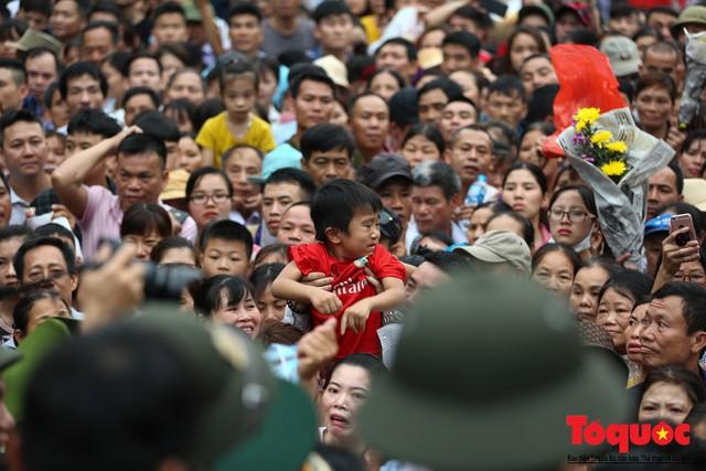 Lực lượng an ninh vất vả giải cứu trẻ nhỏ khỏi dòng người hành hương về Giỗ Tổ Hùng Vương - Ảnh 6.