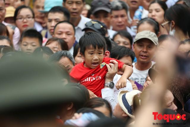 Lực lượng an ninh vất vả giải cứu trẻ nhỏ khỏi dòng người hành hương về Giỗ Tổ Hùng Vương - Ảnh 7.
