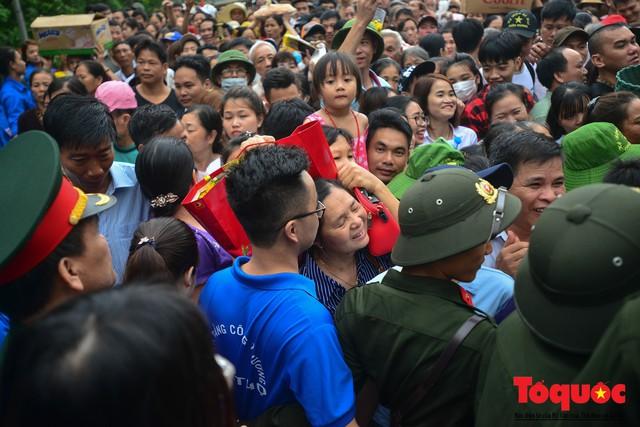 Lực lượng an ninh vất vả giải cứu trẻ nhỏ khỏi dòng người hành hương về Giỗ Tổ Hùng Vương - Ảnh 5.