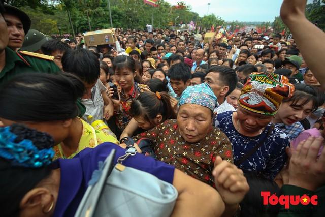 Lực lượng an ninh vất vả giải cứu trẻ nhỏ khỏi dòng người hành hương về Giỗ Tổ Hùng Vương - Ảnh 18.