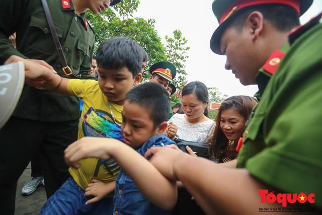 Lực lượng an ninh vất vả giải cứu trẻ nhỏ khỏi dòng người hành hương về Giỗ Tổ Hùng Vương - Ảnh 13.