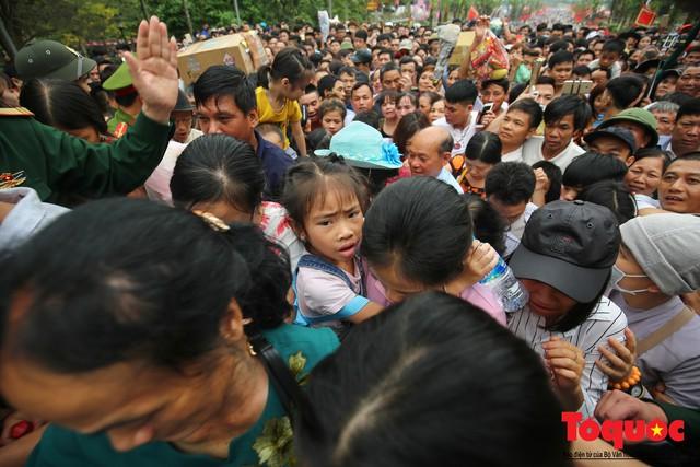 Lực lượng an ninh vất vả giải cứu trẻ nhỏ khỏi dòng người hành hương về Giỗ Tổ Hùng Vương - Ảnh 12.