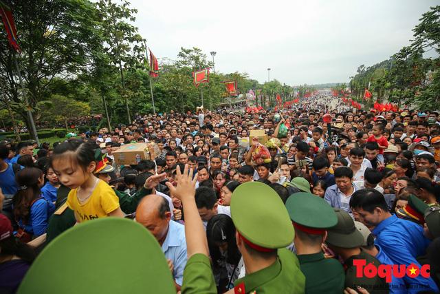 Lực lượng an ninh vất vả giải cứu trẻ nhỏ khỏi dòng người hành hương về Giỗ Tổ Hùng Vương - Ảnh 16.