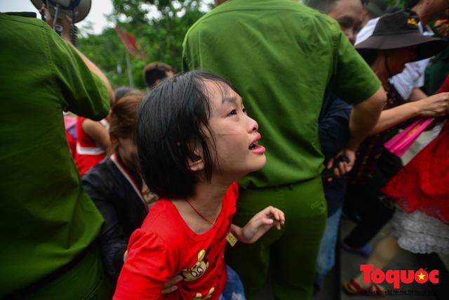 Lực lượng an ninh vất vả giải cứu trẻ nhỏ khỏi dòng người hành hương về Giỗ Tổ Hùng Vương - Ảnh 11.