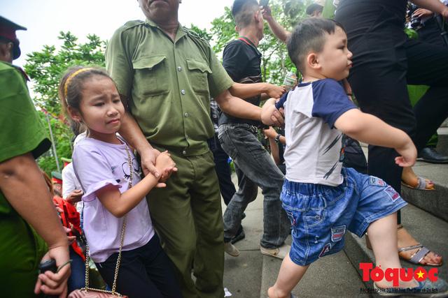 Lực lượng an ninh vất vả giải cứu trẻ nhỏ khỏi dòng người hành hương về Giỗ Tổ Hùng Vương - Ảnh 10.