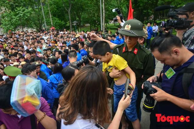 Lực lượng an ninh vất vả giải cứu trẻ nhỏ khỏi dòng người hành hương về Giỗ Tổ Hùng Vương - Ảnh 9.