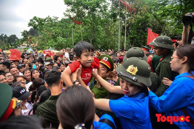 Lực lượng an ninh vất vả giải cứu trẻ nhỏ khỏi dòng người hành hương về Giỗ Tổ Hùng Vương - Ảnh 8.