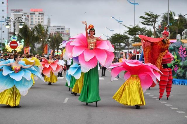 Người dân, du khách đổ bộ ra đường thưởng thức Carnival đường phố Sầm Sơn 2019 - Ảnh 1.