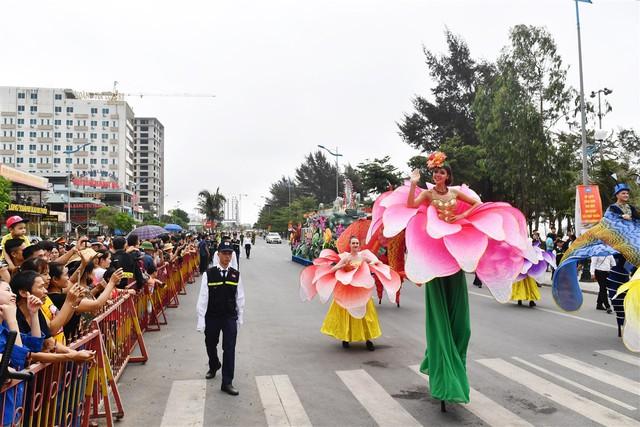 Người dân, du khách đổ bộ ra đường thưởng thức Carnival đường phố Sầm Sơn 2019 - Ảnh 13.