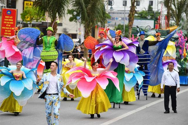 Người dân, du khách đổ bộ ra đường thưởng thức Carnival đường phố Sầm Sơn 2019 - Ảnh 14.