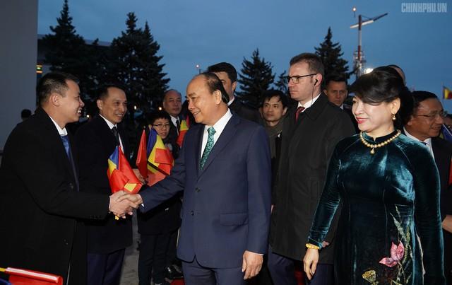 Thủ tướng đến Bucharest, bắt đầu thăm chính thức Romania - Ảnh 2.
