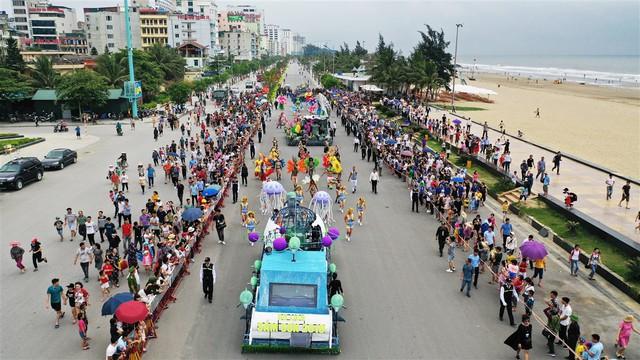 Người dân, du khách đổ bộ ra đường thưởng thức Carnival đường phố Sầm Sơn 2019 - Ảnh 3.