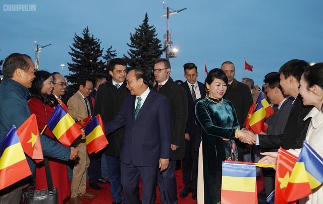 Thủ tướng đến Bucharest, bắt đầu thăm chính thức Romania - Ảnh 3.