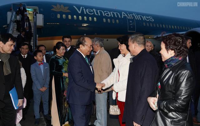 Thủ tướng đến Bucharest, bắt đầu thăm chính thức Romania - Ảnh 5.