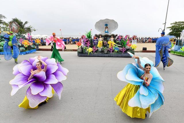 Người dân, du khách đổ bộ ra đường thưởng thức Carnival đường phố Sầm Sơn 2019 - Ảnh 6.