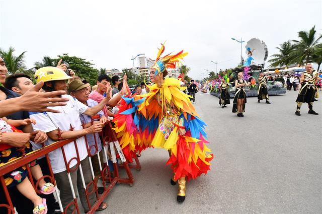 Người dân, du khách đổ bộ ra đường thưởng thức Carnival đường phố Sầm Sơn 2019 - Ảnh 7.