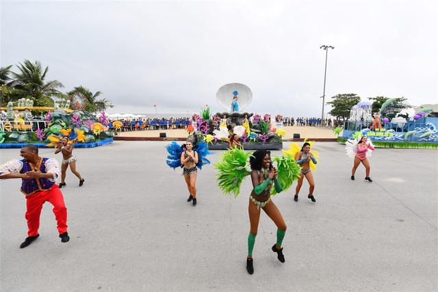 Người dân, du khách đổ bộ ra đường thưởng thức Carnival đường phố Sầm Sơn 2019 - Ảnh 8.