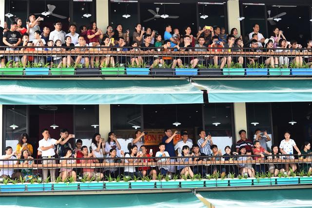 Người dân, du khách đổ bộ ra đường thưởng thức Carnival đường phố Sầm Sơn 2019 - Ảnh 10.
