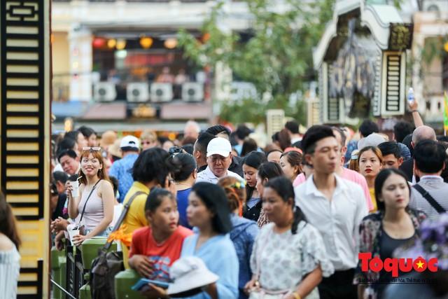 Phố cổ Hội An ken đặc khách du lịch, kiếm góc check in cũng khó - Ảnh 6.