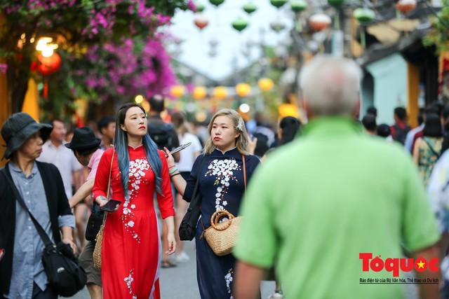 Phố cổ Hội An ken đặc khách du lịch, kiếm góc check in cũng khó - Ảnh 11.