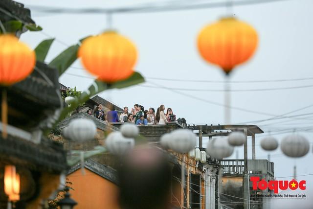 Phố cổ Hội An ken đặc khách du lịch, kiếm góc check in cũng khó - Ảnh 14.