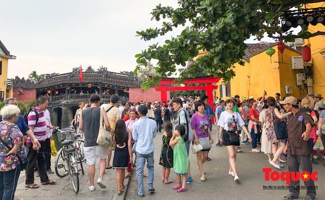 Phố cổ Hội An ken đặc khách du lịch, kiếm góc check in cũng khó - Ảnh 1.