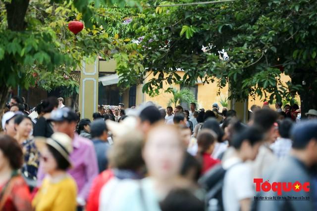 Phố cổ Hội An ken đặc khách du lịch, kiếm góc check in cũng khó - Ảnh 3.