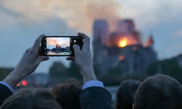 Tại sao Youtube bất ngờ kết nối hỏa hoạn Nhà thờ Đức Bà, Paris với vụ khủng bố 11/9? - Ảnh 1.