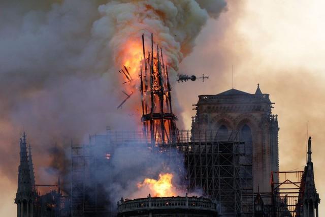 Thế giới thổn thức nhìn Nhà thờ Đức Bà cháy trong vô vọng - Ảnh 1.