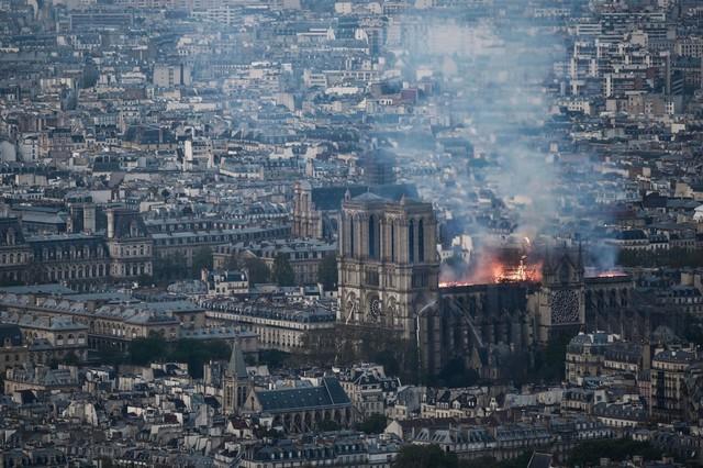 Đau lòng hình ảnh Nhà thờ Đức bà Paris chìm trong biển lửa - Ảnh 1.