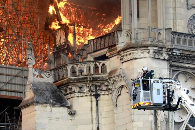 Đau lòng hình ảnh Nhà thờ Đức bà Paris chìm trong biển lửa - Ảnh 2.