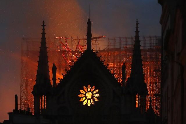 Đau lòng hình ảnh Nhà thờ Đức bà Paris chìm trong biển lửa - Ảnh 3.