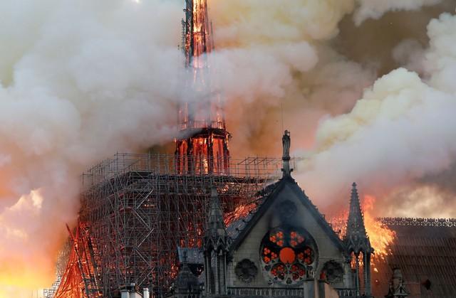 Đau lòng hình ảnh Nhà thờ Đức bà Paris chìm trong biển lửa - Ảnh 4.
