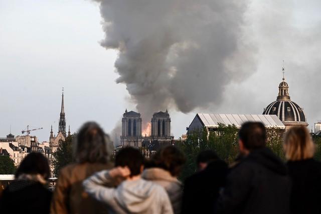 Đau lòng hình ảnh Nhà thờ Đức bà Paris chìm trong biển lửa - Ảnh 6.
