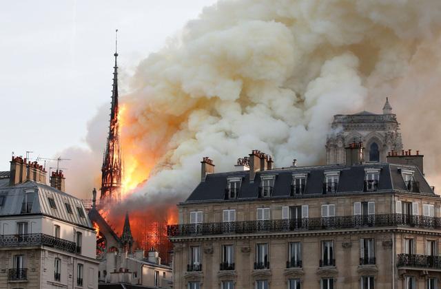 Đau lòng hình ảnh Nhà thờ Đức bà Paris chìm trong biển lửa - Ảnh 7.