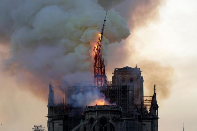 Đau lòng hình ảnh Nhà thờ Đức bà Paris chìm trong biển lửa - Ảnh 8.