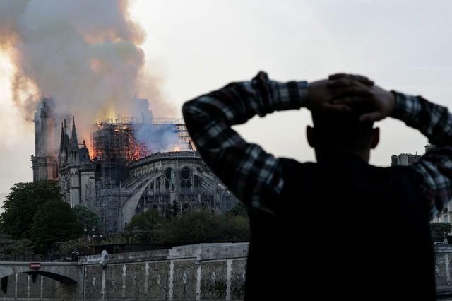 Đau lòng hình ảnh Nhà thờ Đức bà Paris chìm trong biển lửa - Ảnh 10.