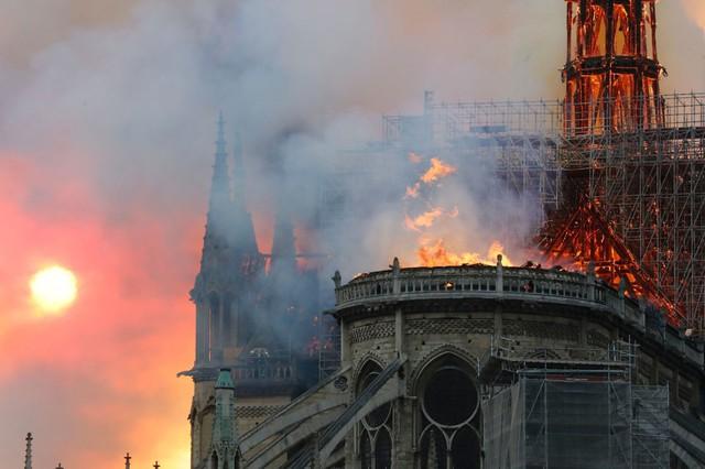 Đau lòng hình ảnh Nhà thờ Đức bà Paris chìm trong biển lửa - Ảnh 11.