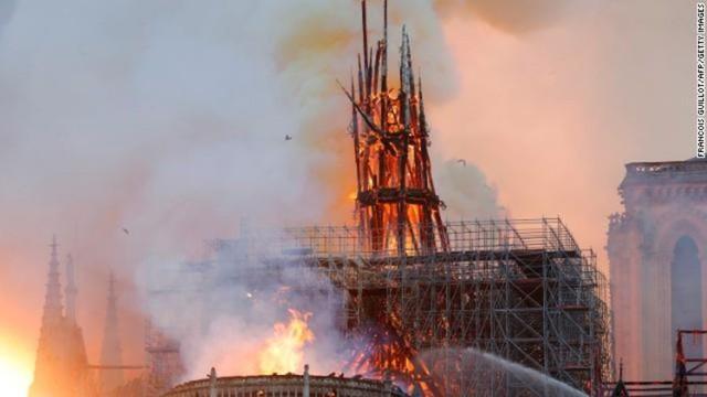NÓNG: Lửa lớn bùng phát dữ dội bao phủ Nhà thờ Đức Bà Paris - Ảnh 1.