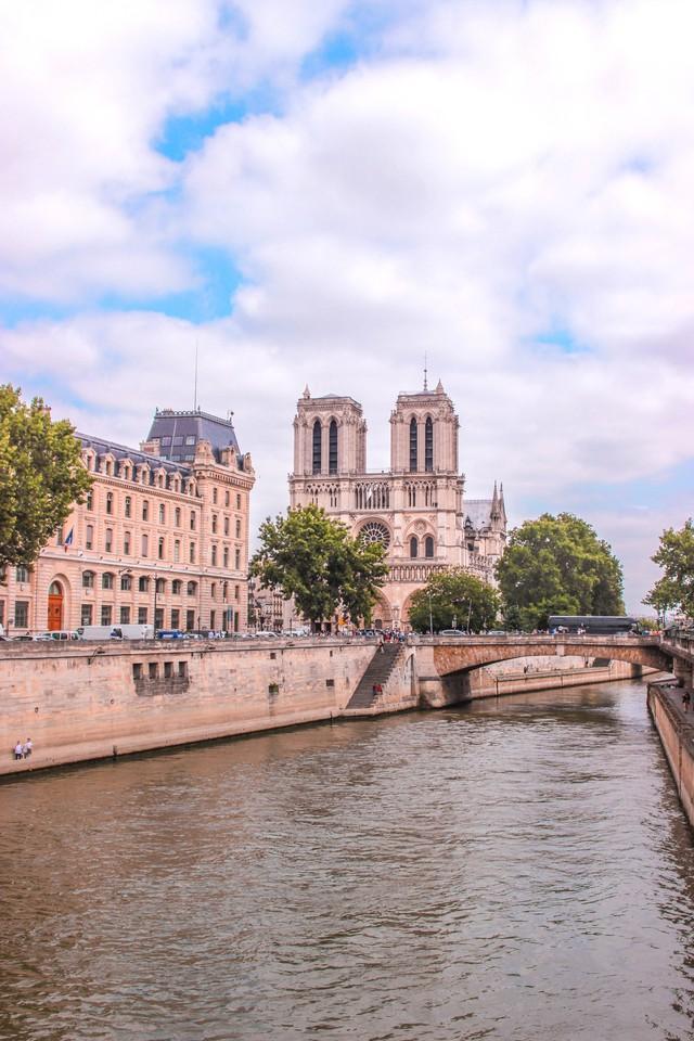 Đám cháy đã phá hủy Nhà thờ Đức Bà ở Paris: Nơi đây từng là biểu tượng của sự bình yên của cả nước Pháp - Ảnh 10.