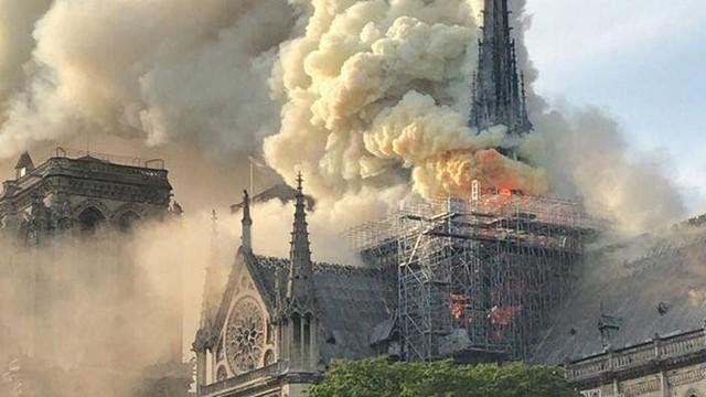 Đám cháy đã phá hủy Nhà thờ Đức Bà ở Paris: Nơi đây từng là biểu tượng của sự bình yên của cả nước Pháp - Ảnh 2.