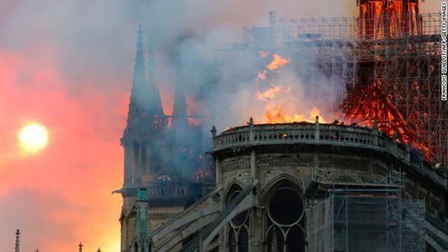 NÓNG: Lửa lớn bùng phát dữ dội bao phủ Nhà thờ Đức Bà Paris - Ảnh 2.