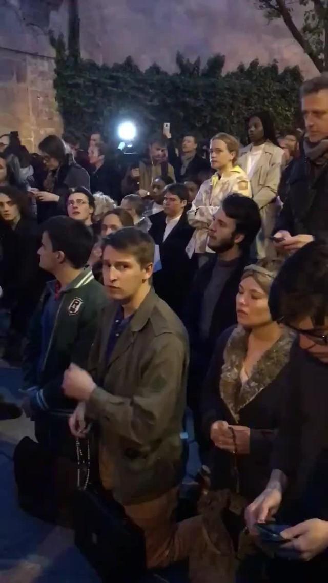 Người dân Paris đau đớn nhìn ngọn lửa dữ dội trước mắt: Paris mà không có Nhà thờ Đức Bà thì không còn là Paris nữa. - Ảnh 3.