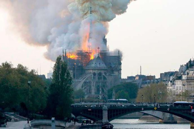 Đám cháy đã phá hủy Nhà thờ Đức Bà ở Paris: Nơi đây từng là biểu tượng của sự bình yên của cả nước Pháp - Ảnh 3.