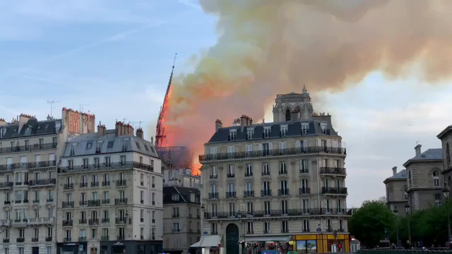 NÓNG: Lửa lớn bùng phát dữ dội bao phủ Nhà thờ Đức Bà Paris - Ảnh 3.