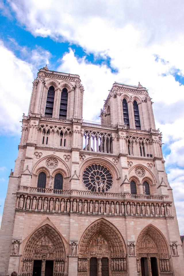 Đám cháy đã phá hủy Nhà thờ Đức Bà ở Paris: Nơi đây từng là biểu tượng của sự bình yên của cả nước Pháp - Ảnh 6.