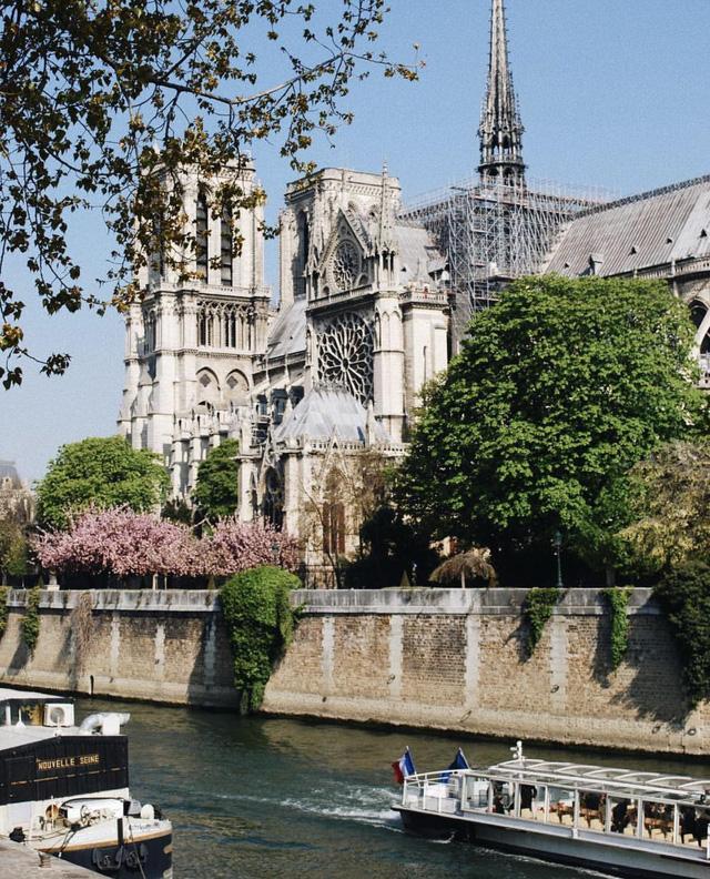 Đám cháy đã phá hủy Nhà thờ Đức Bà ở Paris: Nơi đây từng là biểu tượng của sự bình yên của cả nước Pháp - Ảnh 9.