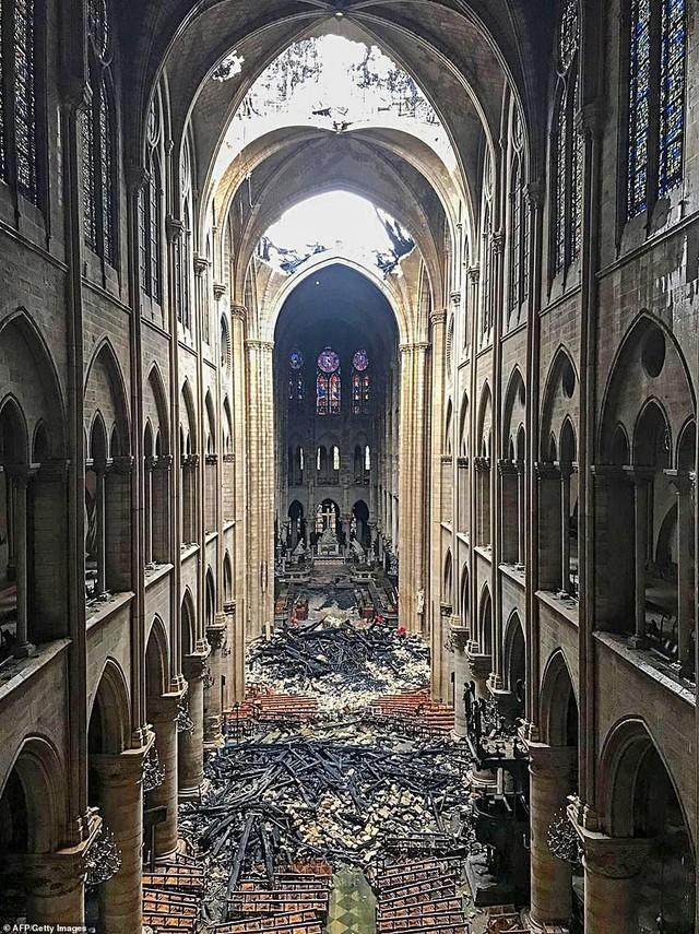 Choáng với mức độ thiệt hại của Nhà thờ Đức Bà trong loạt ảnh mới công bố - Ảnh 7.