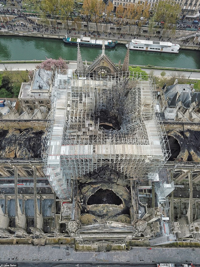 Choáng với mức độ thiệt hại của Nhà thờ Đức Bà trong loạt ảnh mới công bố - Ảnh 6.