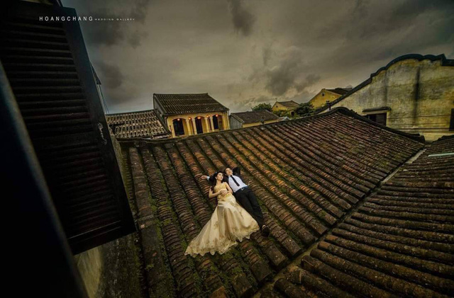 Bức xúc việc cặp đôi chụp ảnh cưới nằm trên mái nhà cổ ở Hội An  - Ảnh 1.